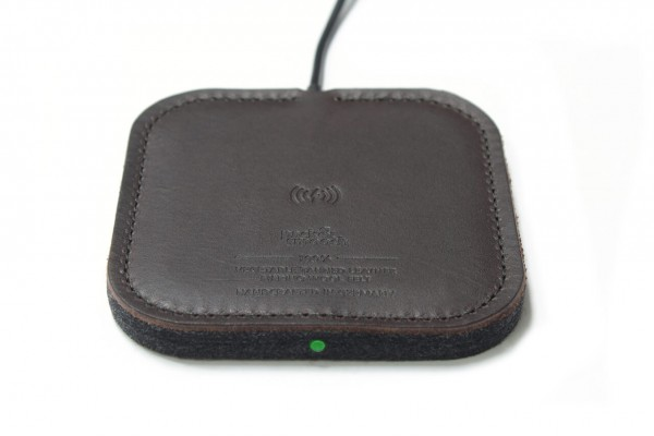 Wireless Charger aus dunkelbraunem Leder